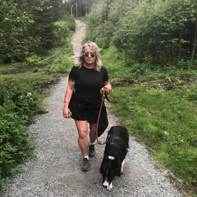 Tone Berg på tur med hunden